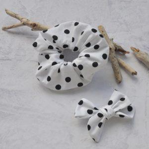 Debele elastike iz blaga so nazaj! Pozdravljena 80. in 90. leta! Elastike za lase so narejene iz kvalitetnega bombaža. So tisti modni dodatek, s katerim boste ustvarile enostavno modno pričesko. Set dveh elastik v vedno modni črno-beli kombinaciji.